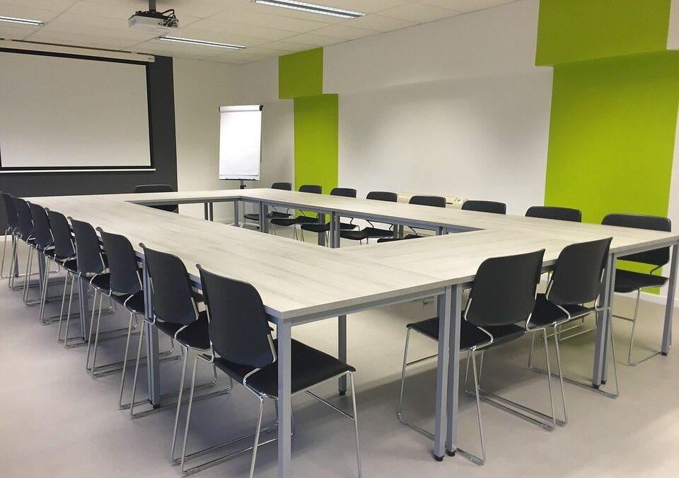 Écran de projection encastrable: le meilleur allié de votre salle de réunion