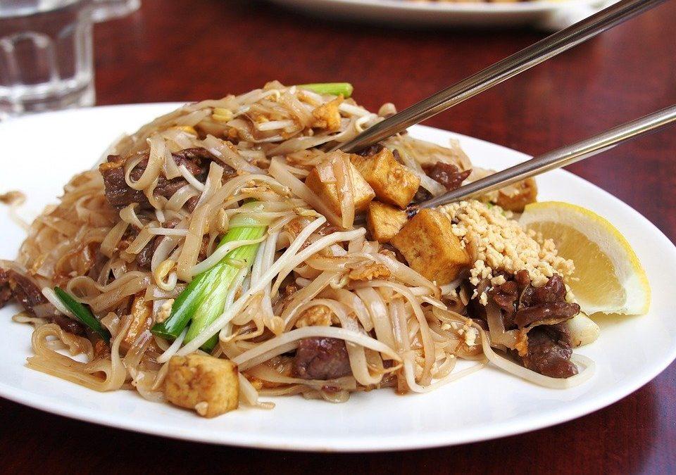 Pourquoi les chinois mangent-ils avec des baguettes?
